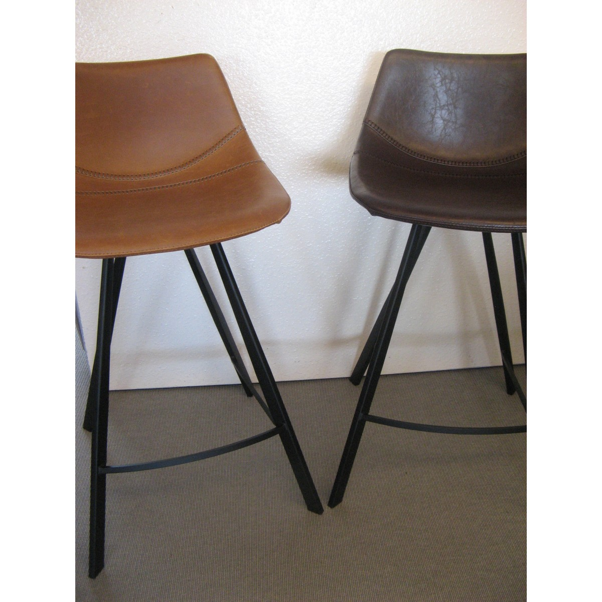 tabouret de bar alecia vintage en simili cuir marron et pied en m tal. Black Bedroom Furniture Sets. Home Design Ideas