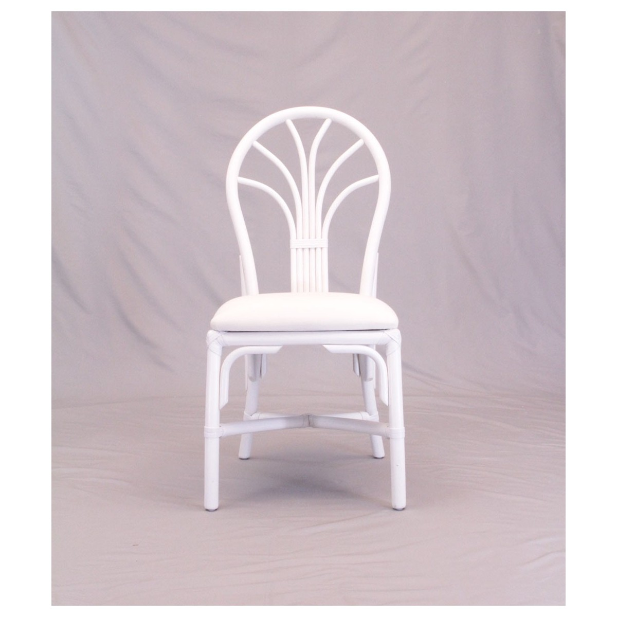 Chaise en rotin coloris blanc et forme arrondie for Chaise cuir et rotin