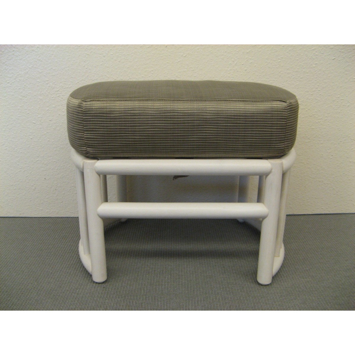 pouf en rotin avec coussin. Black Bedroom Furniture Sets. Home Design Ideas