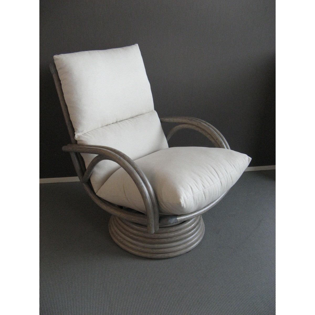 Salon en rotin gris comprenant un canap 3 places en rotin for Salon canape et 2 fauteuils