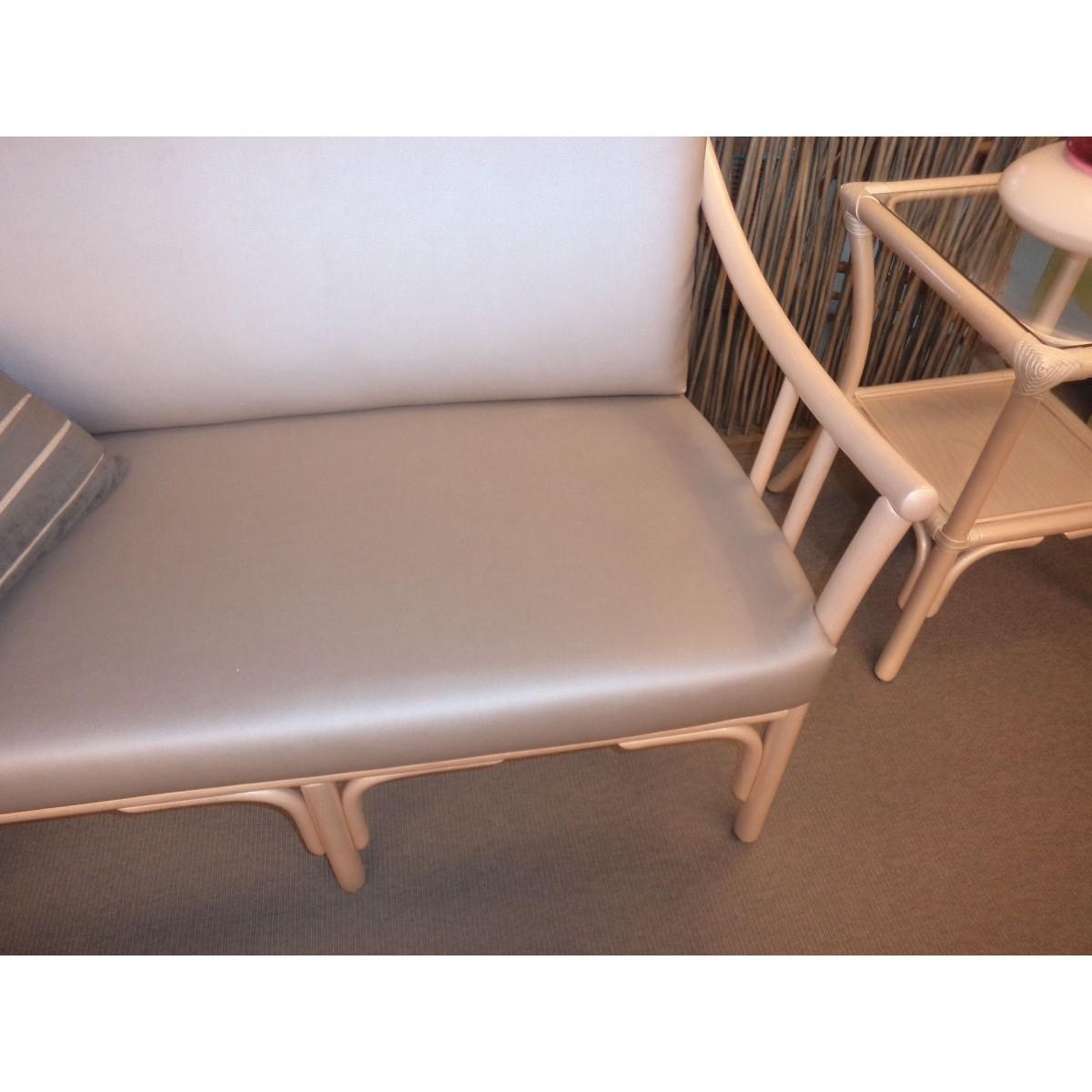 salon en rotin coloris nacre bas dossier comprenant un canap 2 places et 2 fauteuils. Black Bedroom Furniture Sets. Home Design Ideas